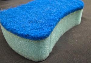 2º Passo: Pegue sua esponja, limpa e seca (de preferência reserve uma apenas para esse fim)