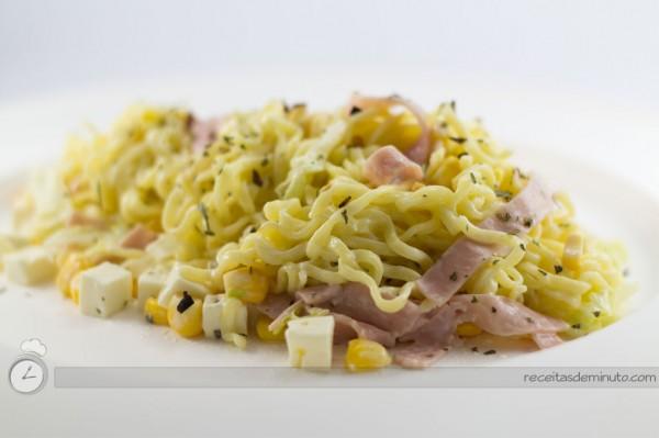 Receita de Salada de Macarrão Instantâneo Light
