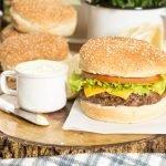 Hambúrguer de Carne com Maionese Verde