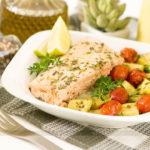 MARMITA COMPLETA: Salmão na Manteiga de Ervas + Legumes Assado + Vitamina de Abacaxi e Manga