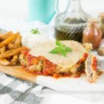 Bife Parmegiana de Carne com Batatas Assadas
